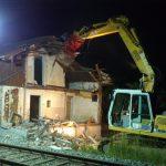 Abbruch Bahnwärterhaus am Bahngleis bei Nacht